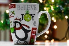 Weihnachtsschale vor einem Weihnachtsbaum Stockfotos