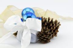 Weihnachtsschmuckgeschenk mit Bändern und blauen Glaskugeln Lizenzfreies Stockbild