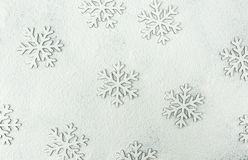 Weihnachtsschnee-Flocken-Schattenbild-Muster auf Snowy White-Hintergrund pulverisiert mit Mehl Feiertags-Grußkarte des neuen Jahr lizenzfreies stockfoto