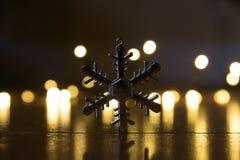 Weihnachtsschnee-Flockenstern mit bokeh Lichtern stockfoto