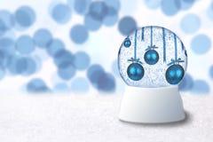 Weihnachtsschnee-Kugel mit blauen Feiertags-Fühlern Stockbild
