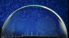 Weihnachtsschnee-Kugel-Schneeflocke auf blauem Animations-Hintergrund stock footage