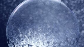 Weihnachtsschnee-Kugel-Schneeflocke auf blauem Hintergrund stock video