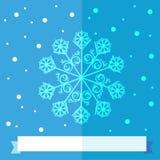 Weihnachtsschneeflocke über blauem Hintergrund mit einem weißen Band Stockfoto
