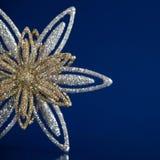 Weihnachtsschneeflocke auf dunkelblauem Hintergrund Lizenzfreies Stockfoto