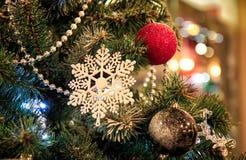 Weihnachtsschneeflocke auf einem Weihnachtsbaum Stockbild