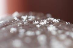 Weihnachtsschneeflocken auf braunem Hintergrund Stockfoto