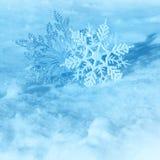 Weihnachtsschneeflocken auf Schnee Stockbilder