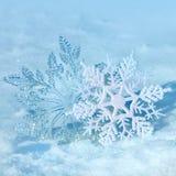 Weihnachtsschneeflocken auf Schnee Lizenzfreie Stockfotos