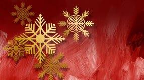 Weihnachtsschneeflocken-Goldverzierungen auf rotem Hintergrund Stockfotos