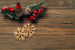 Weihnachtsschneeflocken-hölzerner Hintergrund, Winter Straw Snow Flakes Stockfotografie