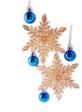 Weihnachtsschneeflocken und blaue Bälle Lizenzfreie Stockbilder