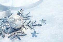 Weihnachtsschneeflockenverzierung auf Schnee Stockfotografie