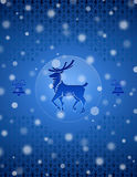 Weihnachtsschneehintergrund mit Rotwild und Glocken Lizenzfreies Stockfoto