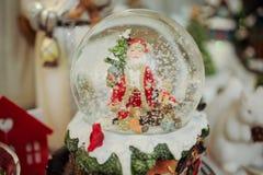 Weihnachtsschneekugel mit Sankt nach innen Stockfoto