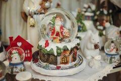 Weihnachtsschneekugel mit Sankt nach innen Lizenzfreie Stockfotografie