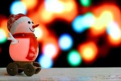 Weihnachtsschneemann auf bokeh Hintergrund Stockfotos