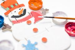WeihnachtsSchneemann gemalt vom Kind mit den Farbenschmerz lizenzfreie stockfotos