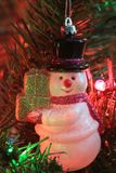 Weihnachtsschneemann schoss Nahaufnahme auf einem Weihnachtsbaum lizenzfreie stockbilder