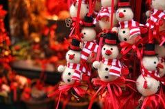 Weihnachtsschneemanndekorationen an einem Weihnachtsmarkt Lizenzfreie Stockfotos