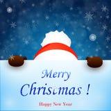 Weihnachtsschneemannfelle hinter dem Zeichen Der kleine Junge unzufrieden gemacht Lizenzfreies Stockfoto