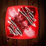Weihnachtsschokoladenkuchennachtisch mit Granatapfel auf hölzernem tabl Lizenzfreie Stockfotos