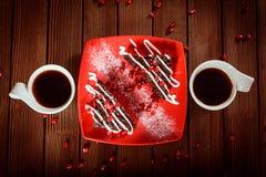 Weihnachtsschokoladenkuchennachtisch mit Granatapfel und Kaffee Lizenzfreie Stockfotografie