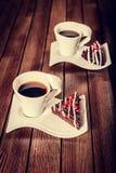 Weihnachtsschokoladenkuchennachtisch mit Granatapfel und Kaffee Lizenzfreies Stockfoto
