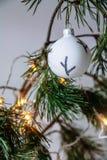Weihnachtsschwarzweiss-Spielzeug unter Tannenzweigen stockfoto