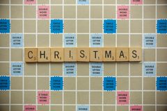 Weihnachtsscrabble-Fliesen lizenzfreie stockbilder