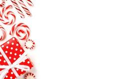 Weihnachtsseitengrenze von roten und weißen Geschenken und von Süßigkeiten Lizenzfreie Stockfotografie