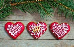 Weihnachtsselbst gemachte Lebkuchenplätzchen über hölzernem Stockfotos