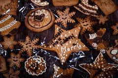 Weihnachtsselbst gemachte Lebkuchenplätzchen stockbilder