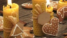 Weihnachtsselbst gemachte Lebkuchenplätzchen auf hölzernem Schreibtisch stock video