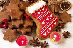 Weihnachtsselbst gemachte Lebkuchenplätzchen, -gewürz und -dekoration Lizenzfreie Stockfotos