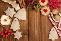 Weihnachtsselbst gemachte Lebkuchenplätzchen, -gewürz und -dekoration vorbei Stockfoto