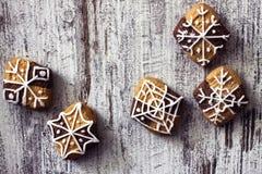 Weihnachtsselbst gemachte Plätzchen auf rustikalem hölzernem Hintergrund Stockfotografie