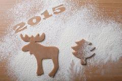 Weihnachtsselbst gemachte Plätzchen in Form eines Elches und eines Christma Stockfotografie
