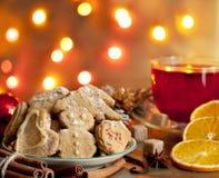 Weihnachtsselbst gemachte Plätzchen mit Locher Lizenzfreie Stockfotografie