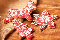 Weihnachtsselbst gemachte rote Lebkuchenplätzchen Stockfoto