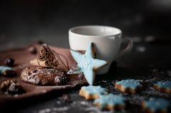 Weihnachtsselbst gemachte Schokoladensplitterplätzchen, -stern und -zimt. stockbilder