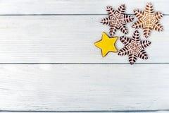 Weihnachtsselbst gemachtes Lebkuchenplätzchen über weißem Holztisch Stockbild