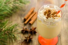 Weihnachtsselbst gemachtes süßes Getränk: Eierpunsch mit Zimt, Anis und Lizenzfreies Stockbild