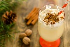 Weihnachtsselbst gemachtes süßes Getränk: Eierpunsch mit Zimt, Muskatnuss und Stockbilder