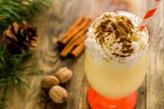 Weihnachtsselbst gemachtes süßes Getränk: Eierpunsch mit Zimt, Muskatnuss und Stockfoto