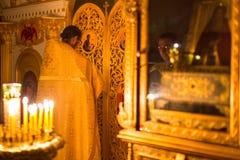 Weihnachtsservice und die Nachtwache auf Fest der Geburt Christi von Christus (Russisch-Orthodoxe Kirche) lizenzfreies stockbild