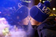 Weihnachtsshop-Fensterreflexionen Lizenzfreie Stockfotos