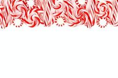 Weihnachtssüßigkeitsgrenze mit Pfefferminzen und Zuckerstangen über Weiß Lizenzfreies Stockfoto