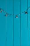 Weihnachtssilberne Glocke auf blauer Wand Stockbild