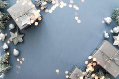 Weihnachtssilberne handgemachte Geschenkboxen auf Draufsicht des blauen Hintergrundes Grußkarte der frohen Weihnachten, Rahmen Wi stockbild